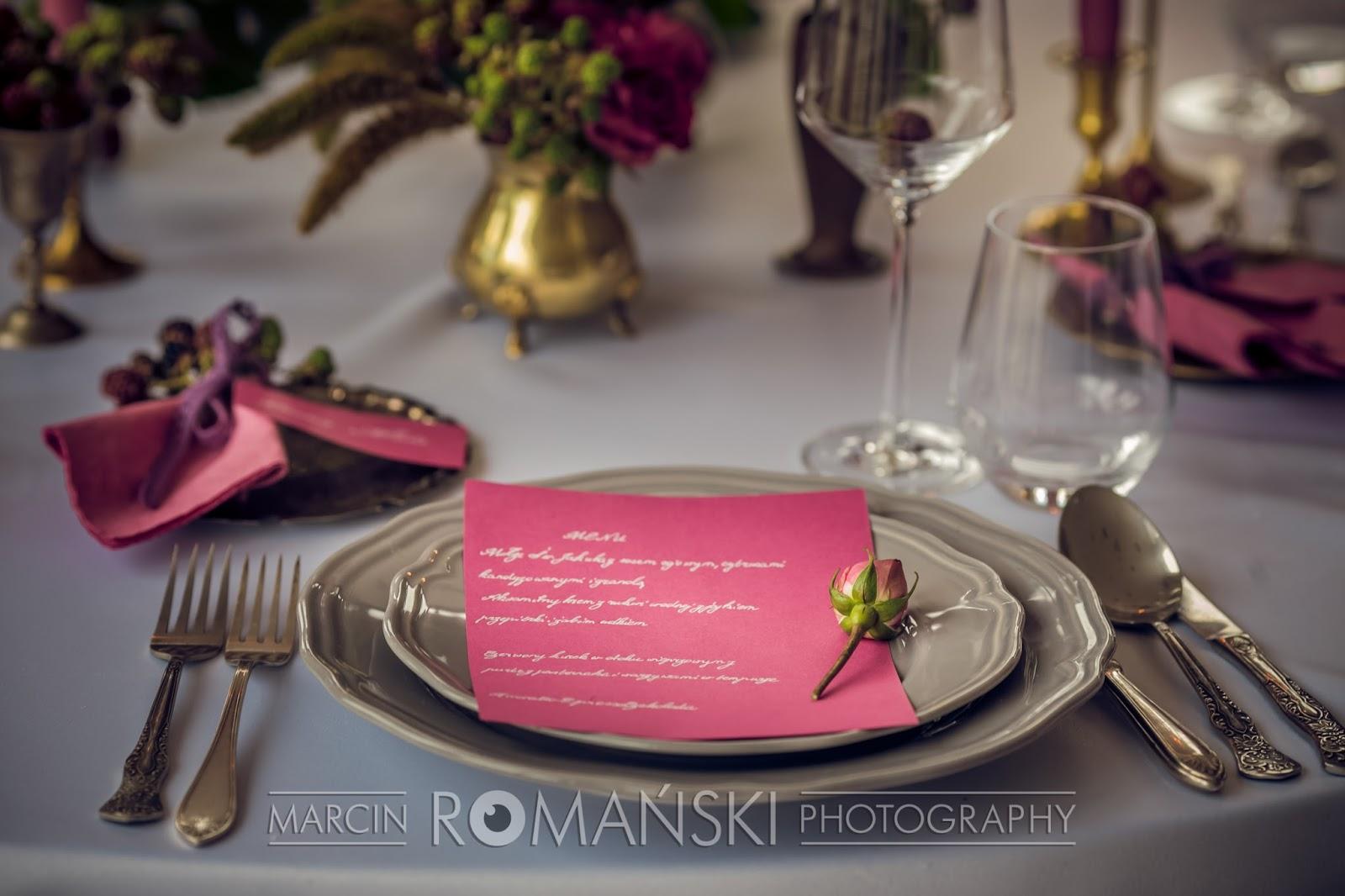 Różowe ozdoby stołów weselnych