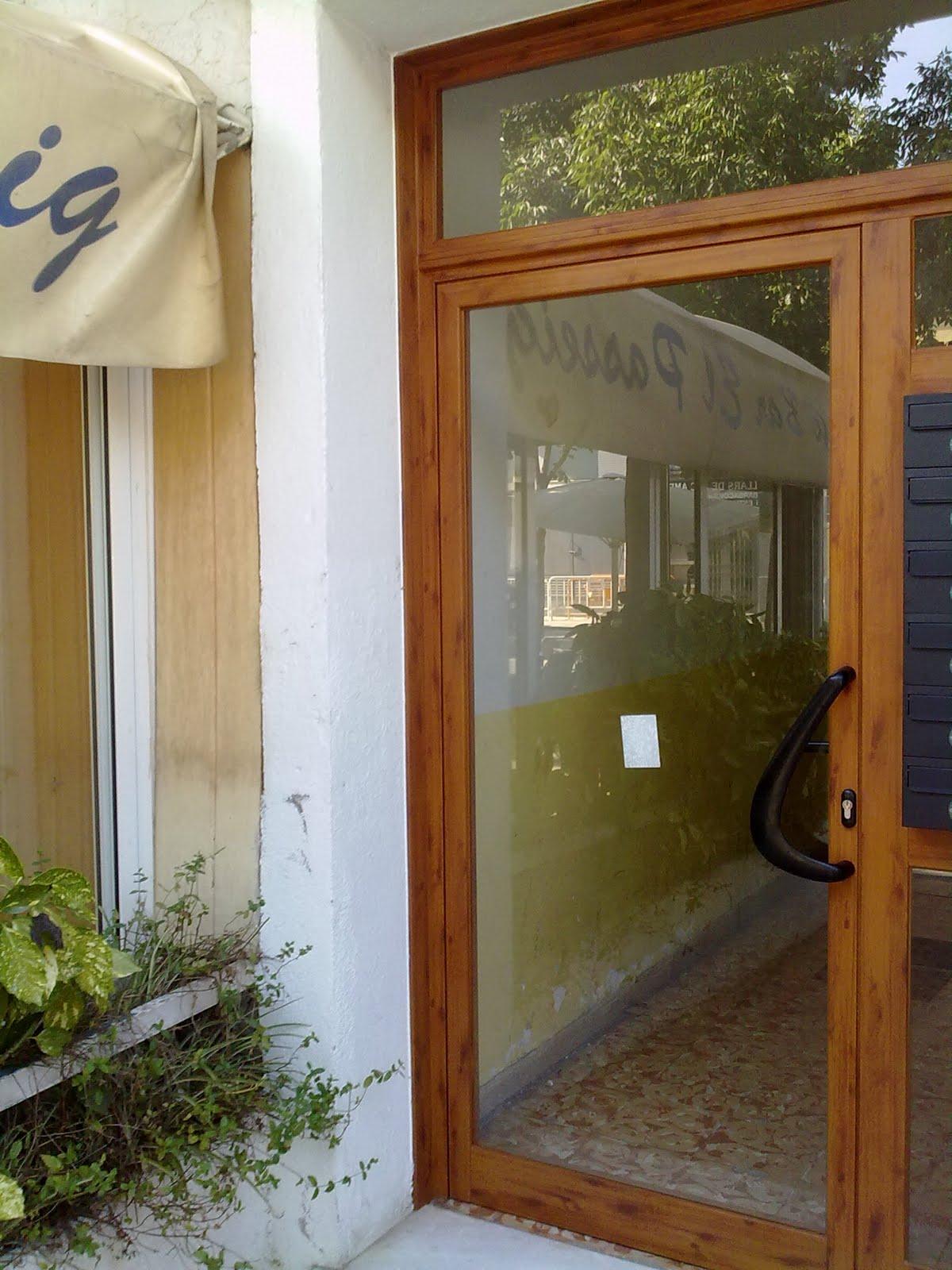 Puertas y venatanas de aluminio en girona puertas - Puertas de aluminio imitacion madera ...