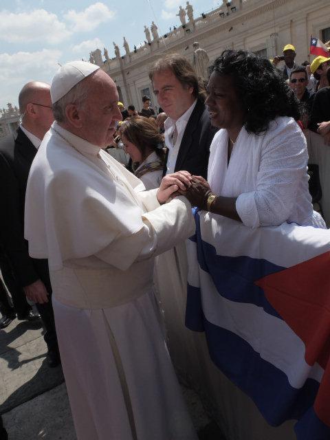 Berta Soler, líder de las Damas de Blanco, recibió el saludo y bendición del Papa Francisco en la Plaza de Sn. Pedro, en mayo de 2013 (Foto de Jose Peralta / El Nuevo Herald)