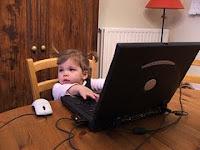 afbeelding van kind bij laptop