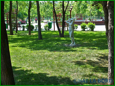statuie topless parcul lumea copiilor bucuresti