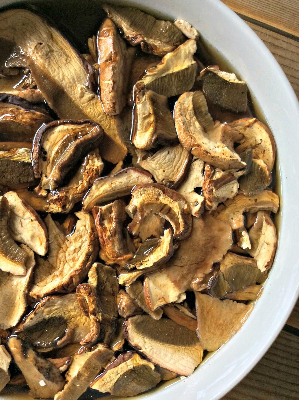 Faraona con funghi porcini salsiccia e grappa fuori la neve briciole di sapori - Funghi secchi a bagno ...