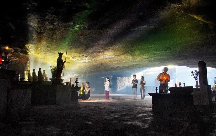 Khung cảnh bên trong chùa Hang