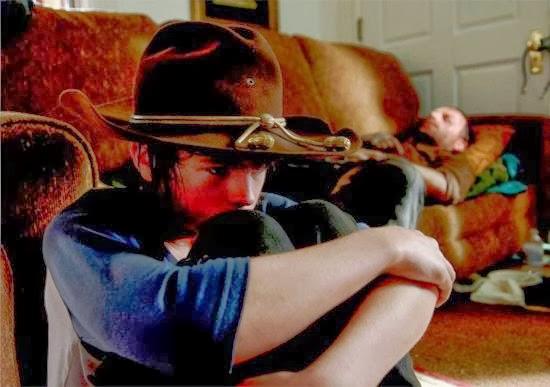 Carl y su padre moribundo se refugian en una casa en After