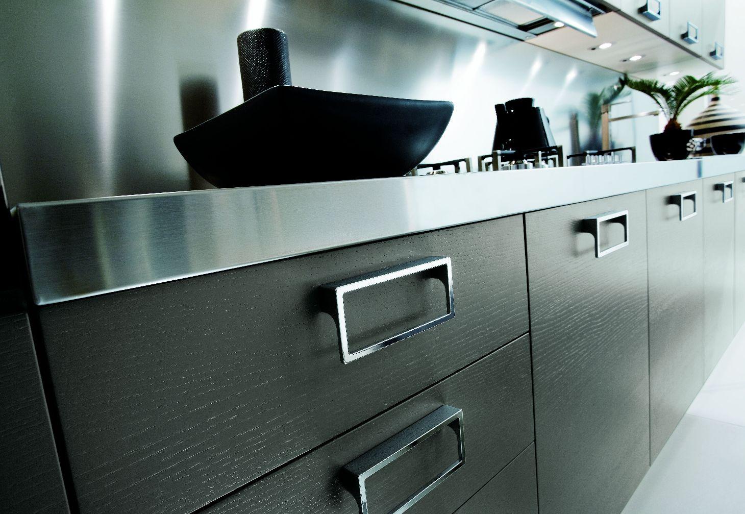 Modele Cuisine Noir Et Gris : Poignées design et façades bois noir