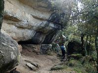 El camí segueix enmig de grans rocs