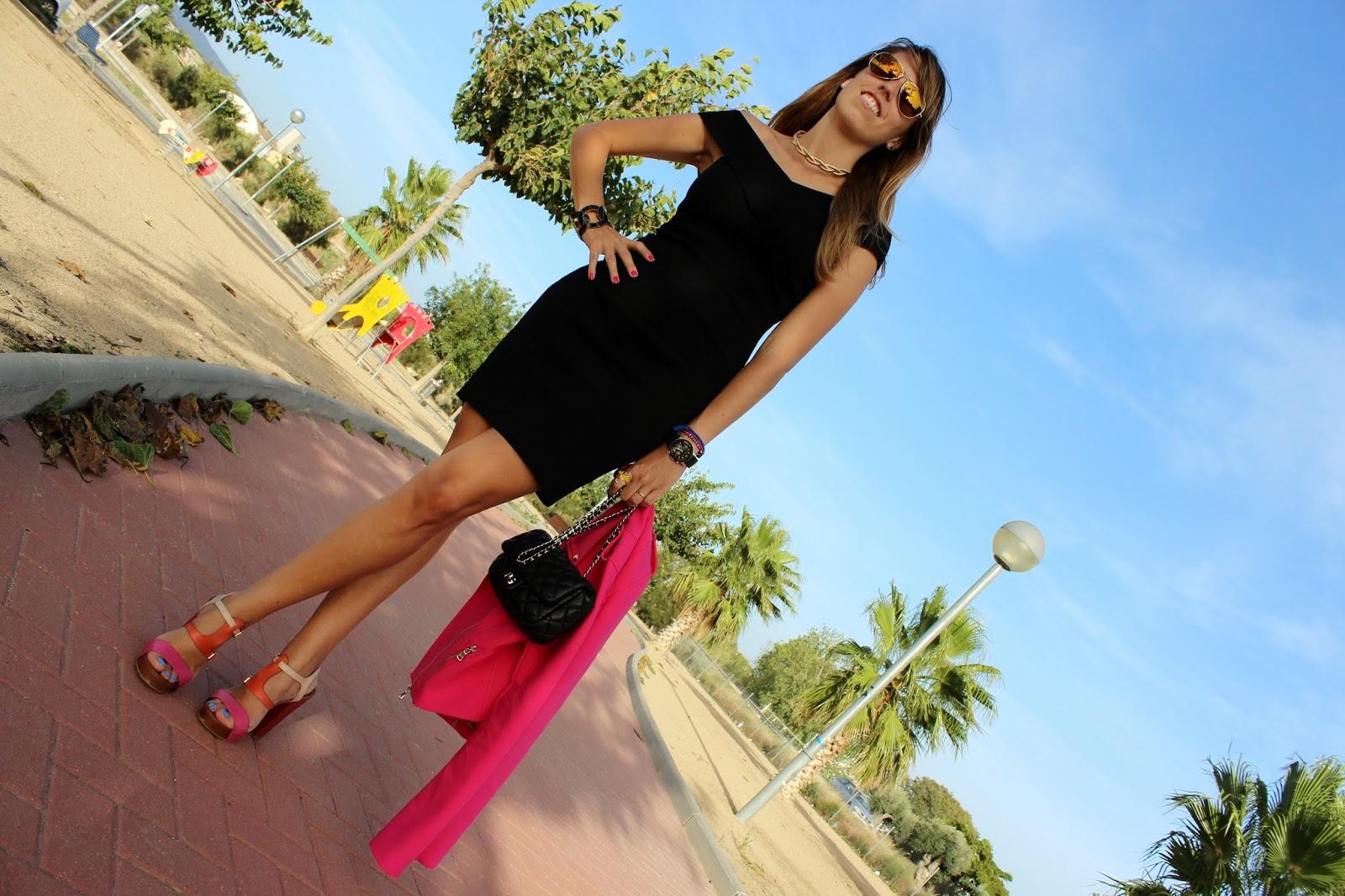 Vestido negro con sandalias fucsia