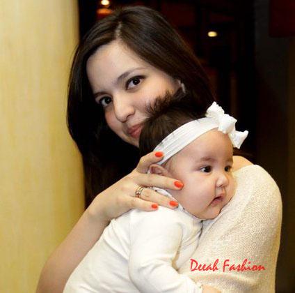 Busana Nia Ramadhani dan Anaknya Mikhayla Zalindra Bakrie