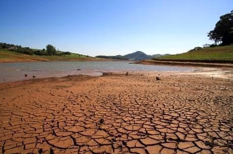 """A falta d'água no Estado de São Paulo afetou 23% dos paulistas nos últimos três meses. O índice sobe para 35% na região metropolitana, contra 30% na capital e 14% no interior. O problema é duas vezes maior entre as famílias de menor renda, atingindo 12% dos que ganham mais de dez salários-mínimos e 25% entre os que recebem até um salário."""""""