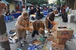 Η Ελλάδα θυμίζει Κατοχή με τους πολίτες να αναζητούν φαγητό...