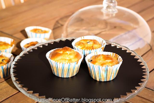 Muffin salado con jamón serrano, queso de cabra y aceitunas negras.