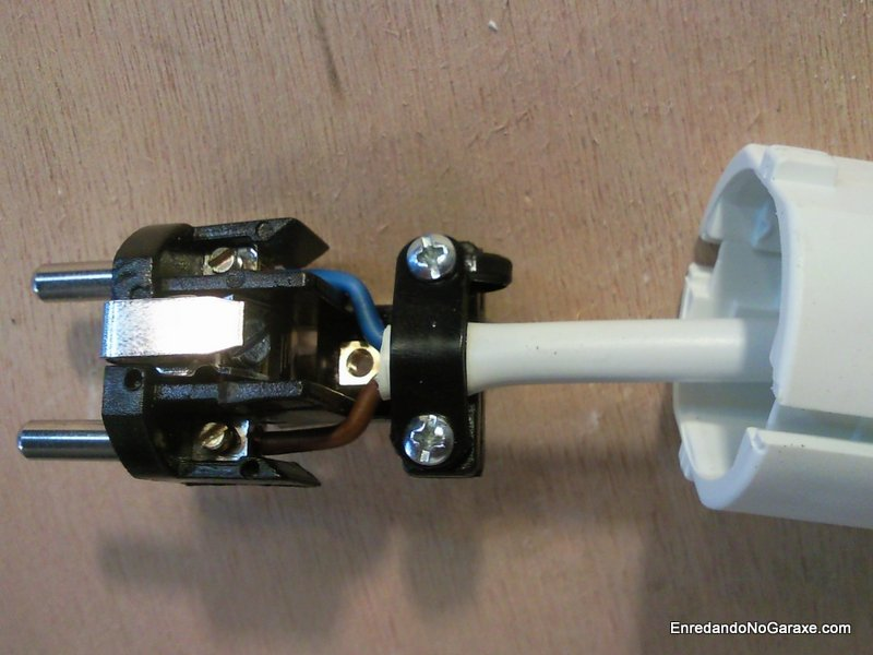 Conexión de cables en enchufe. Enredandonogaraxe.com