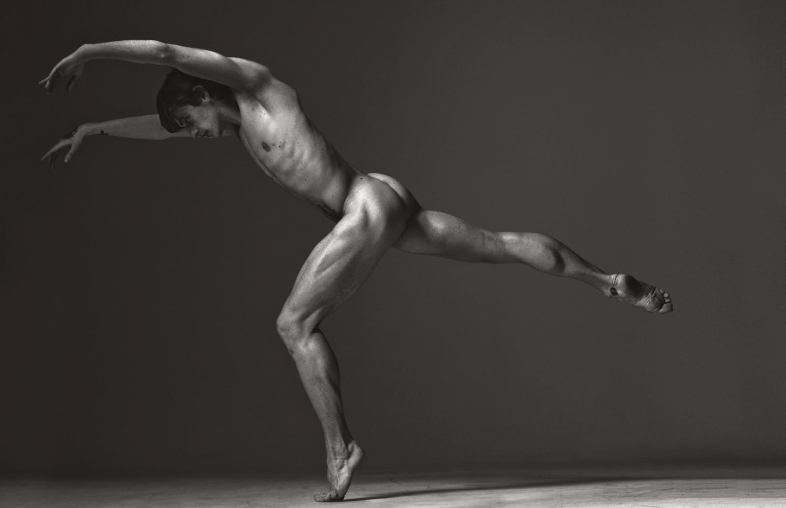 У парня встал член на балете 24 фотография
