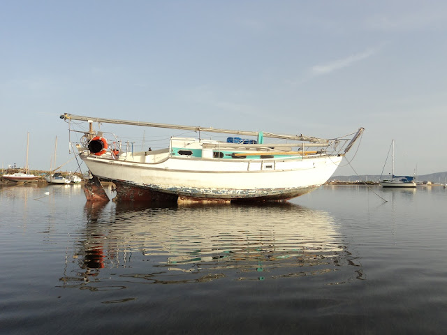 abandoned boat in Culatra