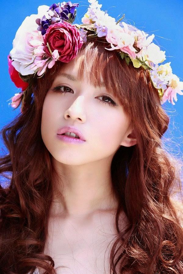 鮮やかな花の冠にフワフワの髪の毛の優木まおみ