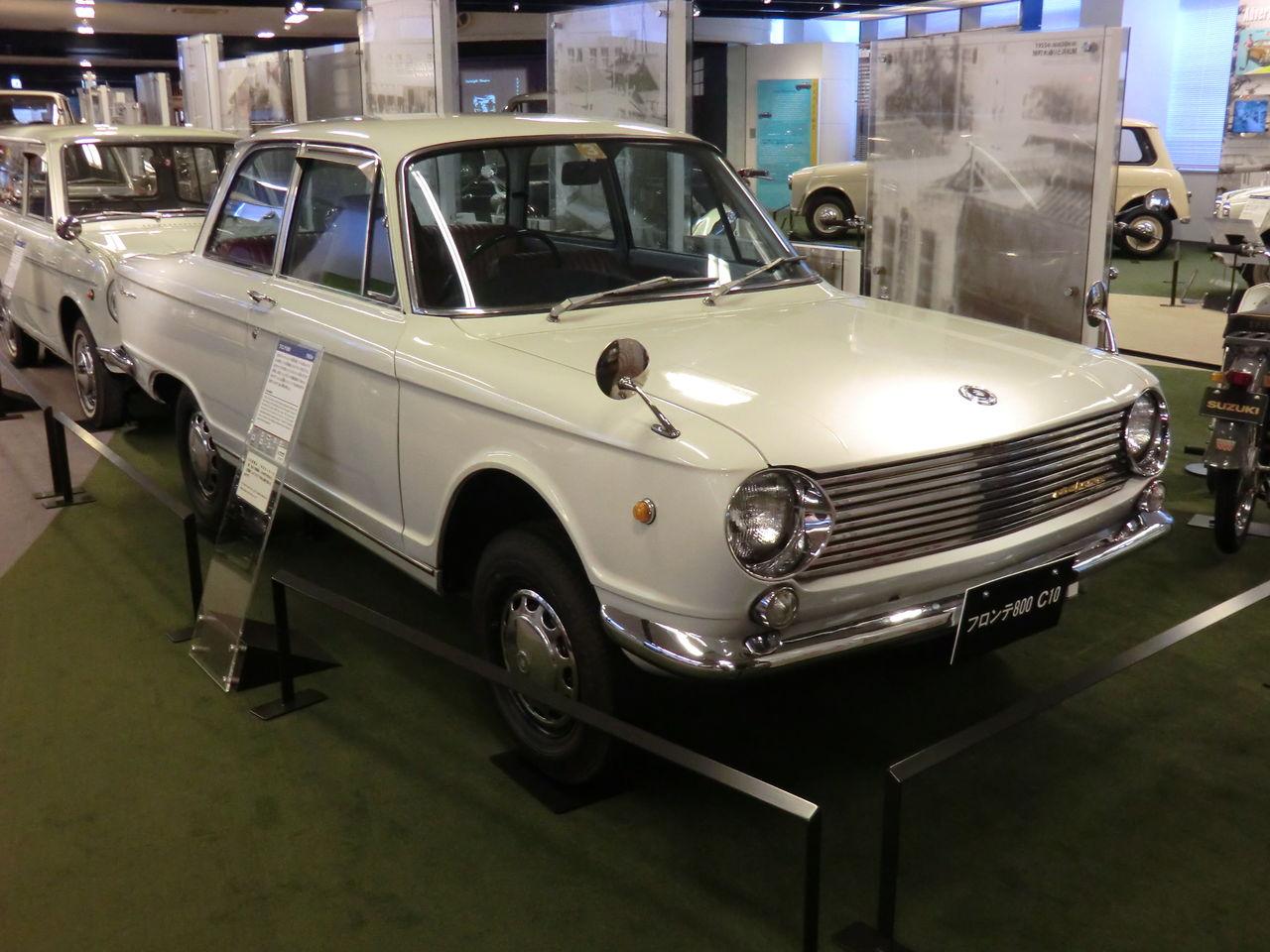 Suzuki Fronte 800, 2-drzwiowy sedan, stary japoński samochód, klasyk, oldschool, dawna motoryzacja, nostalgic, biały, white