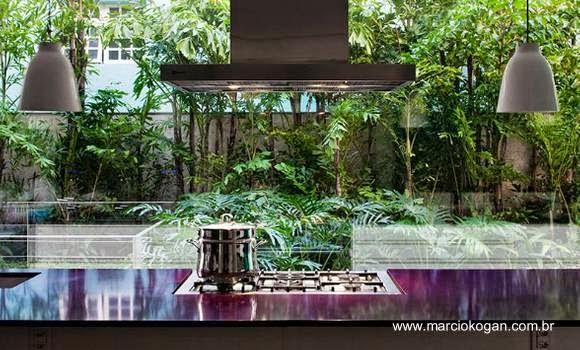 Cocina en la Casa Cubo diseñada por Marcio Kogan en San Pablo