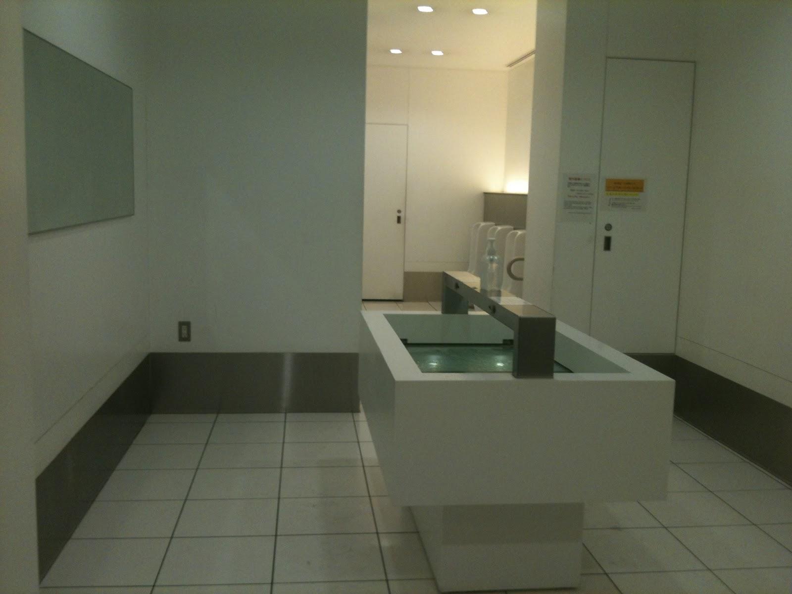 Baño minimalista, público y limpio... ¡¿o una abducción ...