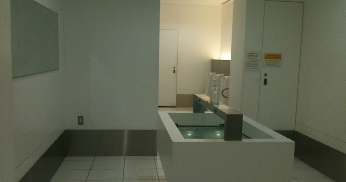 Baño minimalista, público y limpio... ¡¿o una abducción?!