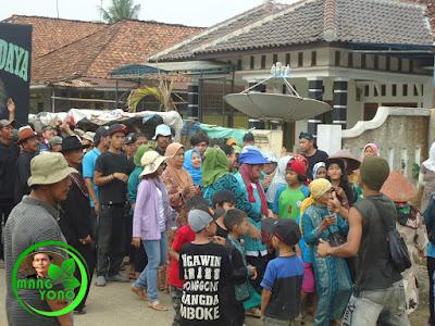 FOTO : Ibu - bu dan neng, akang melakukan arak arakan keliling kampung sambil joget