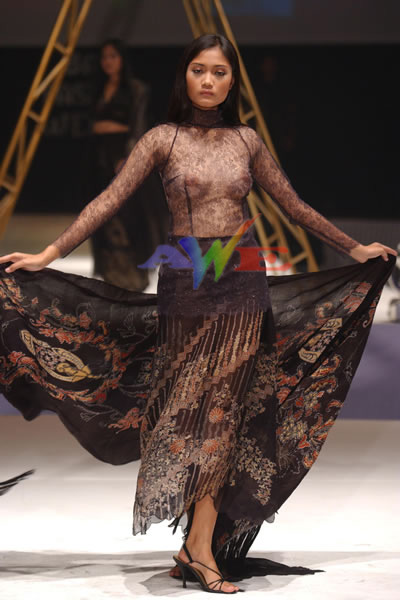 Fashion Show Cewek Hot Dengan Busana Transparan