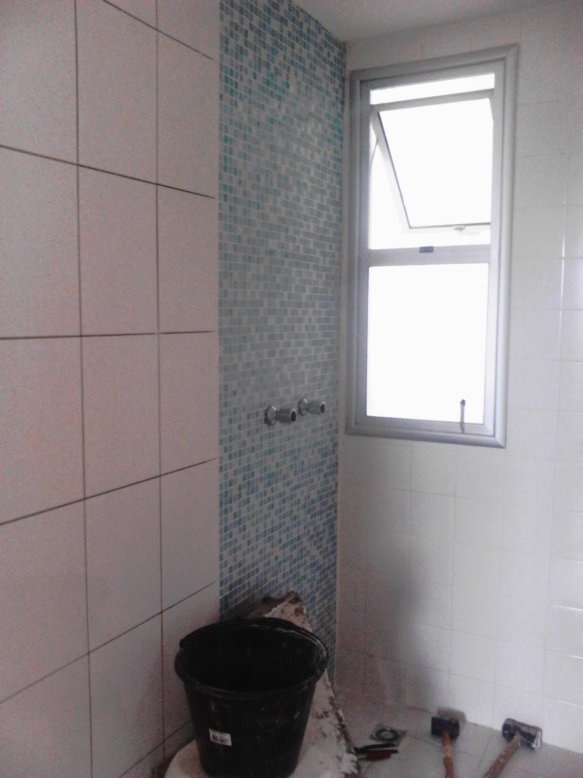 outro banheiro fizemos um detalhes com pastilhas verde claro e azul  #625753 1200x1600 Banheiro Azul Pastilha