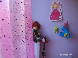 La tenda alla finestra della stanza di eSSe, leggera e brillante, come la fantasia dei bambini