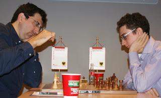 Echecs à Dortmund : Vladimir Kramnik (2777) 1/2 Fabiano Caruana (2789) © Photo site officiel