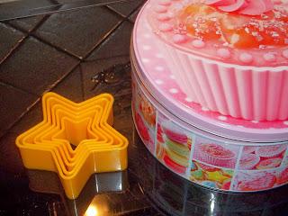 ... stelle di parmigiano al sesamo e papavero con il bimby e un porta biscotti tutto rosa  ...