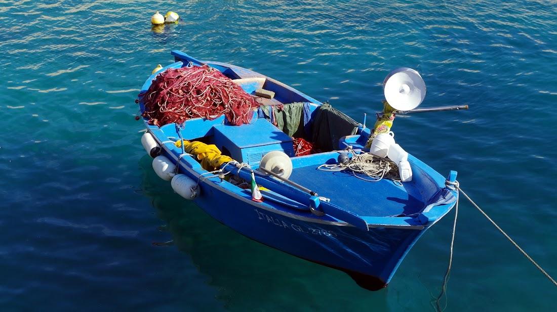 Fischerboot im Hafen von Tricase Porto