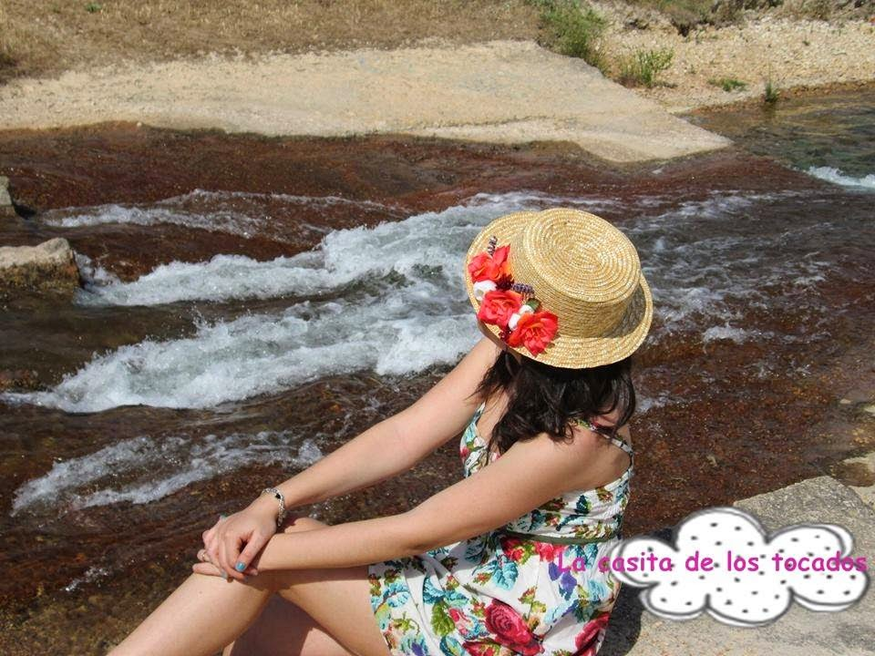 canotier natural con flores de colores a juego con vestido estampado de flores