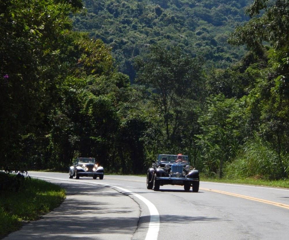 Ao pé da montanha um roadster segue o outro, contornando curvas e tangenciando frames de prazer.