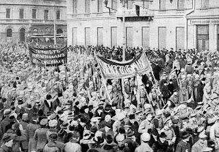 """""""La vanguardia olvidada de Febrero: El mito de la revolución espontánea de Rusia"""" - texto de Jason Yanowitz - año 2011 - publicado en el blog Crítica Marxista-Leninista en mayo de 2013 - Muy Interesante Febrero+1917+-+Manifestaci%C3%B3n+de+Soldados"""