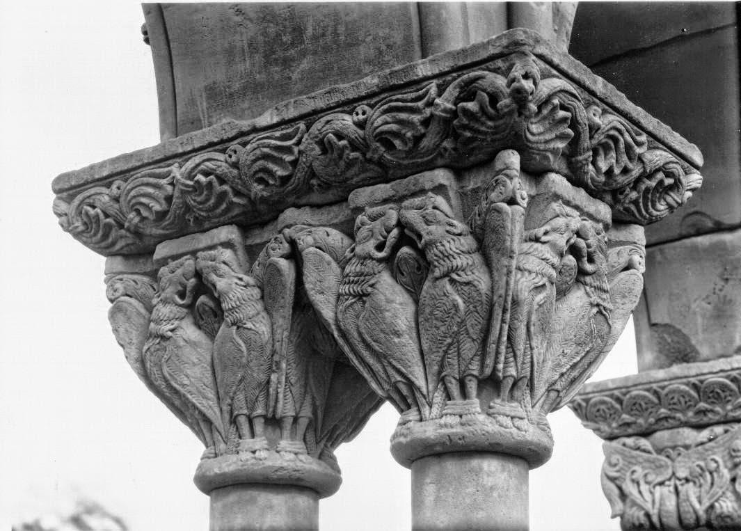 Capitel grifos persas afrontados