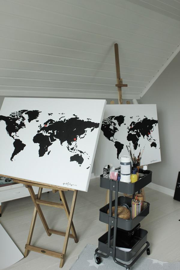 målning i ateljén, svarta och vita tavlor med världskarta, adoptionspresent, inredning adoption, tavla med hjärtan på landet man adopterat ifrån, adoptionsländer, adoption present, tavla inredning, tavla adoption