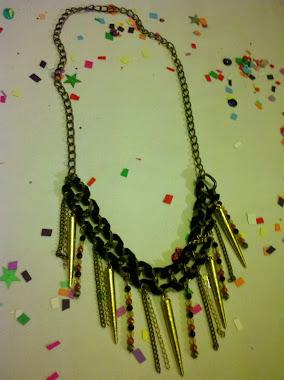 Nuevo collar con puas y cintas de camuza!