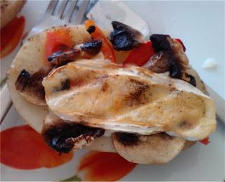 Grillowane ziemniaki z papryką, serem Camembert i pieczarkami