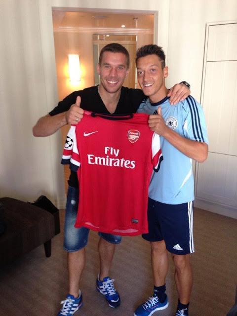 Mesut Özil und Lukas Podolski bei ihrem ersten gemeinsamen Foto bei Arsenal
