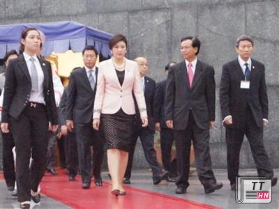 Nữ chiến sĩ cảnh vệ (trái) bảo vệ Thủ tướng Thái Lan Yingluck Shinawatra sang thăm Việt Nam.