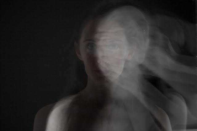 art autoportrait noir et blanc femme yeux vert Vanessa Lekpa fond noir photographie