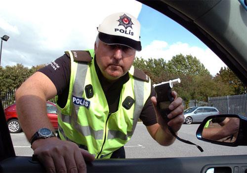 Alkol kontrol testi yapan trafik polis memuru