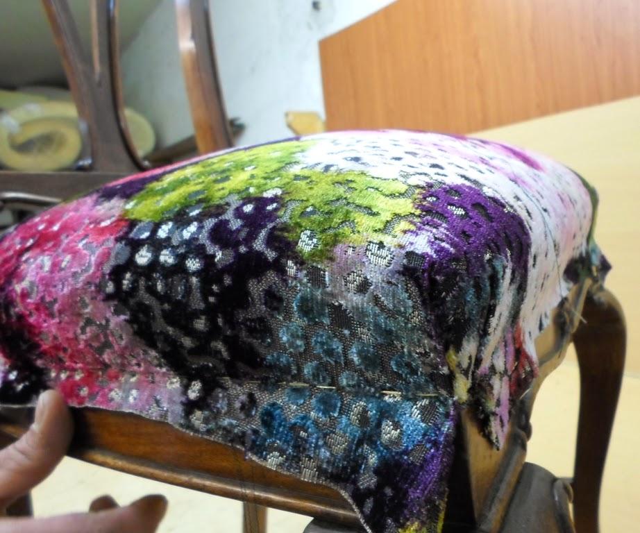 Proceso de grapar la tela del asiento