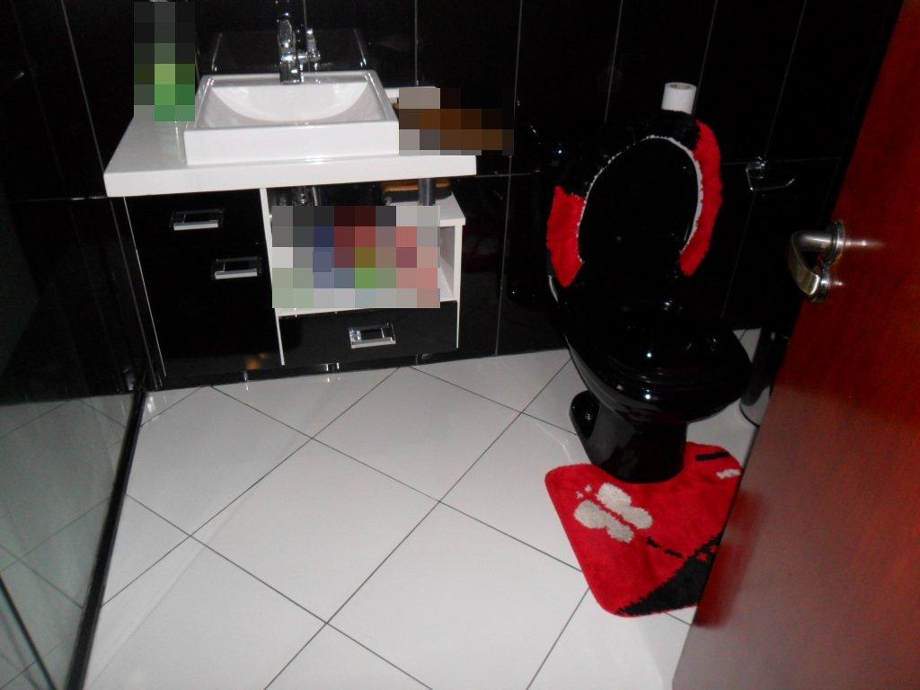 Banheiro Revestimento preto e branco piso branco. #B3091C 1024 768