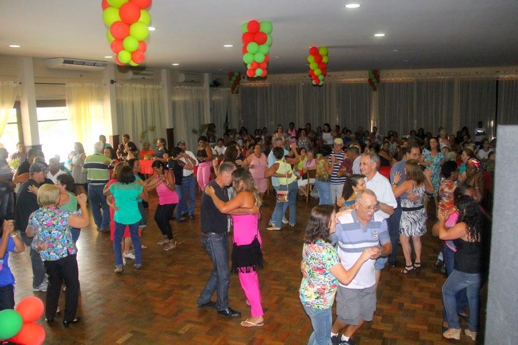 Prefeitura realiza mais uma edição do Baile da Terceira Idade e lota a Casa de Portugal
