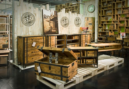 muebles y cajonera de madera reciclada en color natural