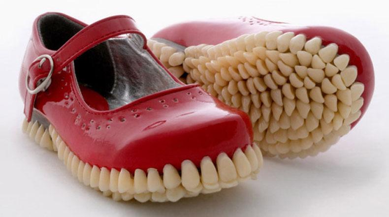 Espeluznantes  zapatos con suelas cubiertas de dientes tienen un motivo para sonreír
