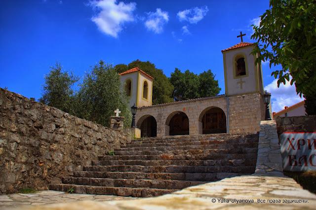 Вход в церковь при монастыре Дайбабе