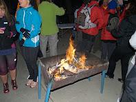 Els caminants al voltant del foc esperen la sortida