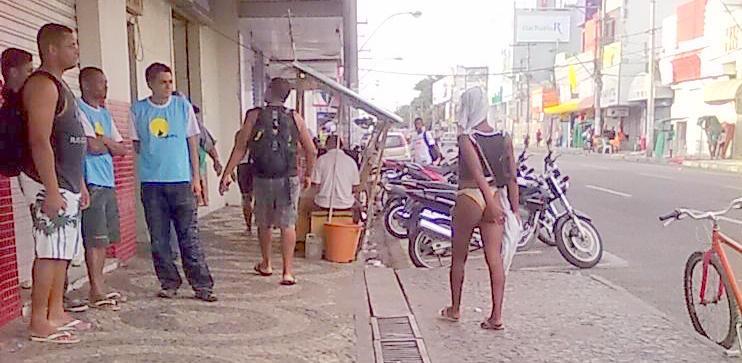 Mulher Flagrada Andando Semi Nua Pelo Centro De Feira Santana