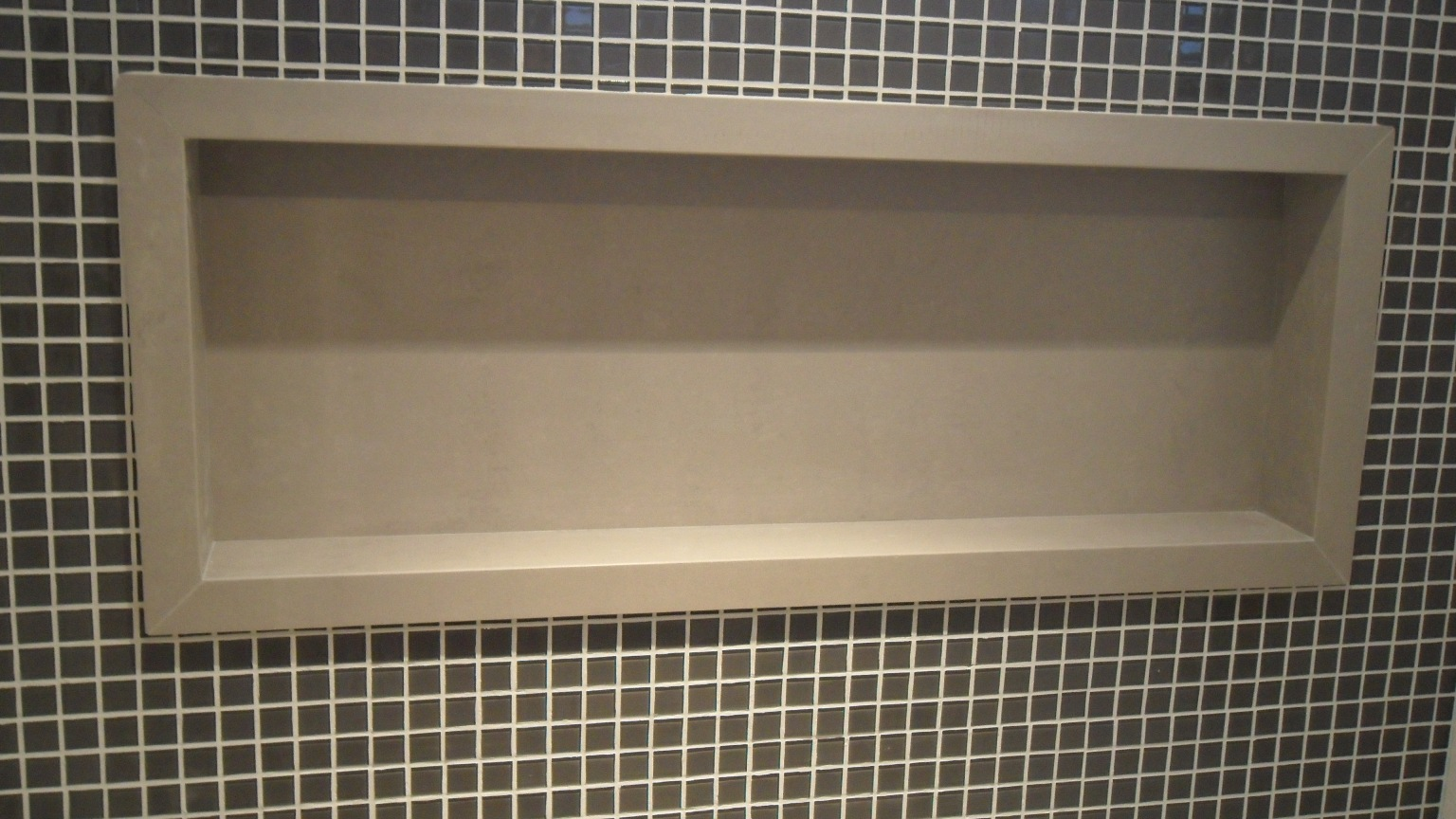 .: Bancada e Nicho Porcelanato Portinari por Bel Taglio BT #826F49 1536x864 Banheiro Com Nicho Como Fazer